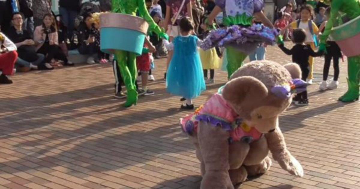 4 137.jpg?resize=1200,630 - Atriz da Disneyland recusa-se a retirar traje mesmo em circunstâncias perigosas para proteger a imaginação das crianças