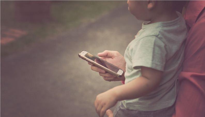 crianca com celular 0118 400x800