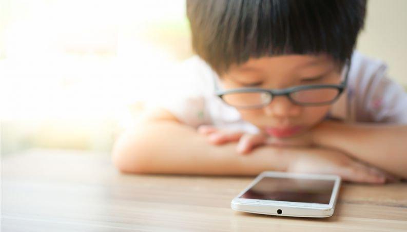 crianca no celular 0118 400x800