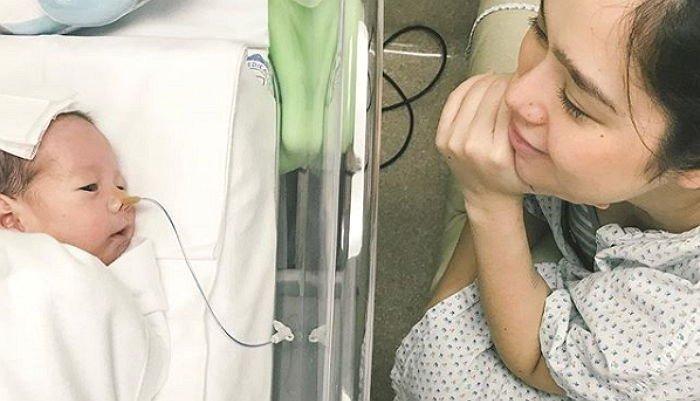 44fm61i8n46791t0311z - 「1%の確率」で生き残った赤ちゃん見て「笑顔を見せる」ママ