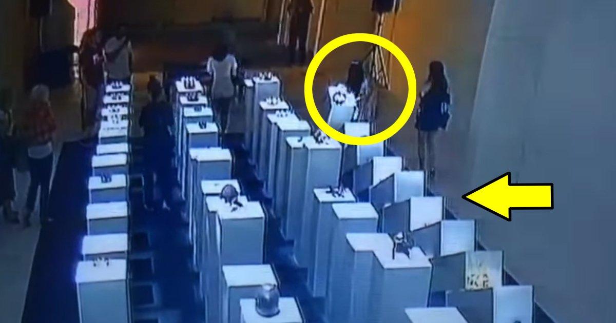 "7 139.jpg?resize=412,232 - ""한순간에 2억이 와장창"" 전시장에서 무리하게 사진찍던 여성이 벌인 일(영상)"