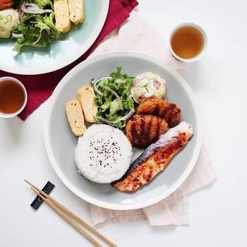 Utoshさんのワンプレートご飯は、和食が中心。それも、特別難しいメニューではなく、ふつうの焼き魚や炒め物、からあげなど、日常的なおかずばかりなんです。
