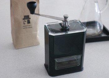耐熱ガラスの日本のトップメーカーHARIO(ハリオ)。 こちらのコーヒーミルは、それらしい見た目じゃないところが、逆にかっこよくてユニーク。パーツを分解できて、丸洗いできたり、使わない時はハンドルを本体に収納できたり、利便性の面でも優れています。文庫本くらいの大きさなので、棚のちょっとした隙間に収納できるのも嬉しいですね。