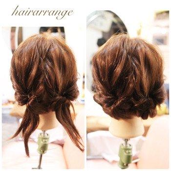 大人可愛いシニヨン風のくるりんぱアレンジ♪ 後ろの髪を2つに分けてくるりんぱし、くるくると内側に丸めるだけでシニヨン風が楽しめます。
