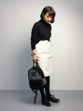 タートルニットに爽やかな白いスカートを合わせて。カジュアルなアイテムも、はっきりとした黒白でまとめることで落ち着いた印象になります。