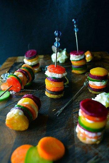 パプリカ、ニンジン、キュウリ、ビーツ…美しい色とりどりの野菜を取り入れた一品。チーズ入りのポテトサラダとカラリと揚げた食パンをランダムに重ね、ピックにさしてピンチョス風!お好みの野菜などでアレンジしてみてはいかがでしょう!