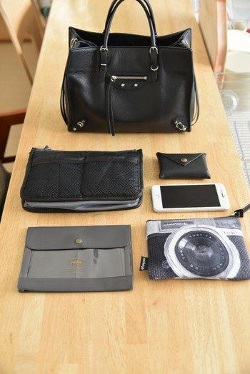 バッグの中を整理整頓するのに欠かせないのが、小物を分類する「ポーチ」。 例えば色をモノトーンで揃えるだけで、こんなにスッキリ。 ただシンプルなだけじゃなく、カメラ柄などの遊びもいいですね♪