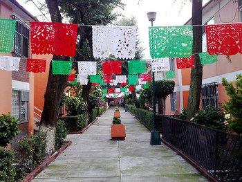 メキシコでは、お祭りやイベントの時にパペルピカドのフラッグが町中を飾ります。抜けるような青空に鮮やかな切り絵がマッチしてなんとも言えない爽快感が広がります。