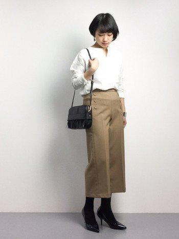 シンプルなアイテムでまとめて、すっきりとした女性らしいスタイリング。クロップト丈のパンツにパンプスを合わせることで軽やかで美しいシルエットになります。