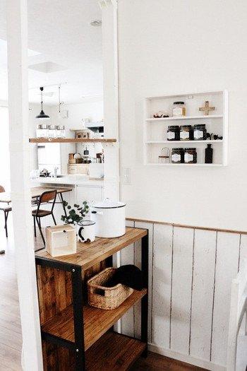 こちらは間仕切りとカウンターを兼ねたディアウォールの使い方。間仕切りだけじゃ少し寂しいというときは、もう一枚木材を取り付けて、棚としても使えば収納もできて一石二鳥。「間仕切り」兼「棚」で空間を有効活用しています。
