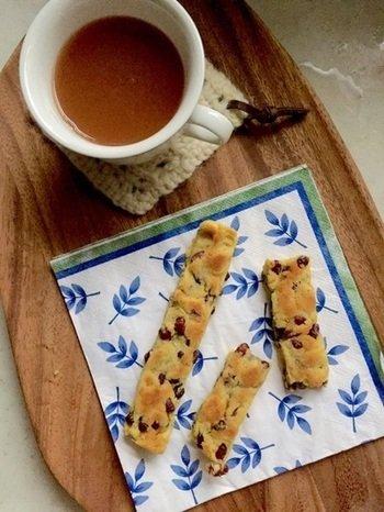 あずき茶の出し殻とさつまいもで作ったスティックケーキは、もちろん小豆茶とぴったりの組み合わせ。 ティータイムにも、朝ごはんにもいいですね。