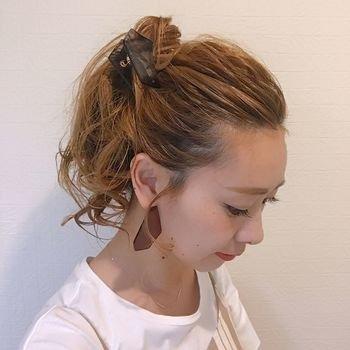 ワックスを使い、ざっくりと手ぐしでかきあげるように作った高めのポニーテール。ポニーテールの毛先の部分にもワックスを手につけてクシャっと握るようにするとラフな感じに仕上がります。