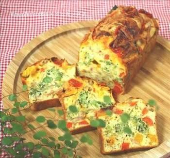 パプリカ、カボチャ、ブロッコリーなどのたっぷり野菜と3種のチーズを使った、コクがありながらもヘルシーなケークサレ。野菜が多すぎると水分が出る場合がありますので調整しましょう。