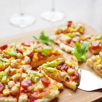 ピザ生地にマッシュポテトを練り込むことで冷めてもやわらか~なピザに♪発酵なしで焼けて手軽です。柔らかさが続くので、パーティーメニューなどにもいいかもしれませんね。
