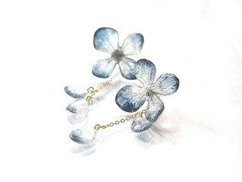 紫陽花の押し花を、レジンでコーティングしたピアスです。 お花の形は保ちながら、艶とぷっくり感が出ていてかわいいですね。