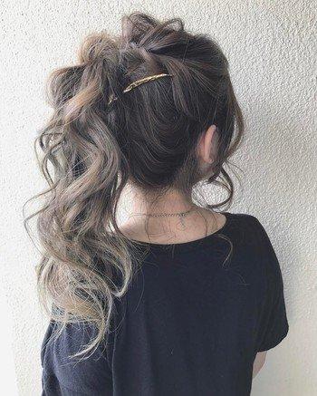 結び目を隠すアレンジバージョン。少し多めにゴムの結び目を隠す髪を取り、ルーズな三つ編みを作ります。あとはゴムの部分に巻き付けてピンで留めるだけ!少し毛先を巻いておくと作りやすいですよ。
