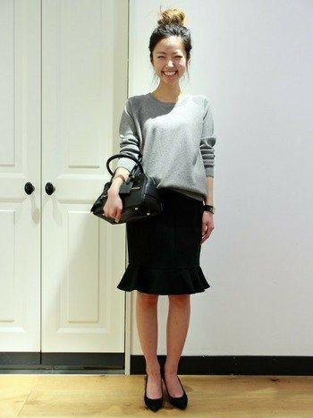 カジュアルなニットトップスにきれいめスカートを合わせて。 シックなカラーリングでも、スカートの裾にフレアがついているので可愛らしさのあるスタイルに。