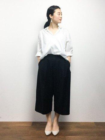 ゆったり白シャツにクロップト丈のワイドパンツを合わせたモノトーンコーデ。シャツの衿を抜いて袖口をロールアップさせるニュアンスのある着こなしがおすすめ。アクセサリーはシンプルで上品なものを選ぶのが正解です。