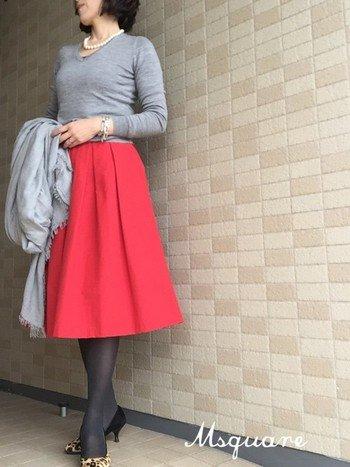 ひざが隠れる長さのフレアースカートは、脚の形をキレイに見せてくれます。トップスをコンパクトにまとめて腰高に着こなすと、スタイルもより良く見えて上品に。
