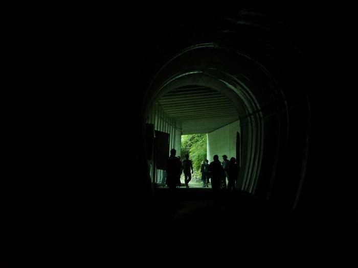 こちらが例の300mも続く照明もないトンネルです。入り口から先のカーブを曲がると昼でも真っ暗で何も見えないので、懐中電灯を忘れずに持参しましょう。