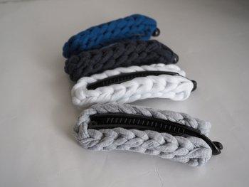 シンプルな縄編みのバナナクリップ。カジュアルなロングヘアのまとめ髪におすすめです。