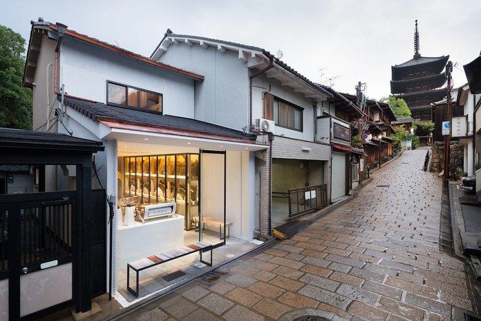 八坂の塔に向かう通りの途中、京都の古くからの街並の中にこつ然と現れます。