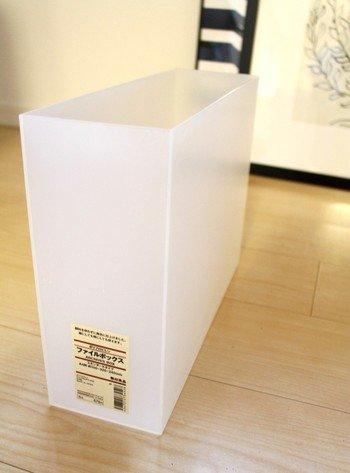 無彩色の無印良品のファイルボックスにごちゃつくものを納めるだけで、空間がスッキリ。その心理効果も、整理整頓の習慣づくりを助けてくれます。