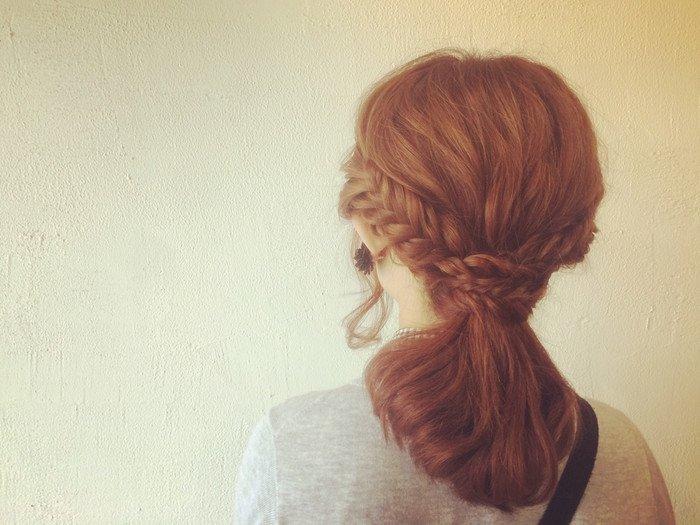サイドの髪を残してひとつ結びに。 残していたサイドの髪をフィッシュボーンにして、ひとつ結びの結び目あたりでピンで留めれば出来上がり♪ トップの部分をウェーブ巻きにしておくとヌケ感が出てGOOD。