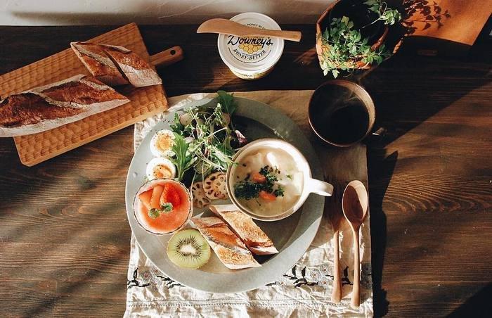 デザートもいっしょに乗せちゃえば、とっても豪華なワンプレートに。ランチョンマットがあることで、いつもとは少し雰囲気の違うカフェのような空間に。