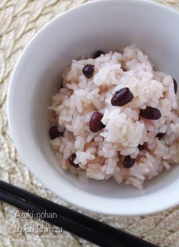 あずき茶を煮出したあとの豆は、もちろん食べられますよ。 こちらは小豆ごはんのレシピです。お赤飯より手軽にできておいしいごはんです。