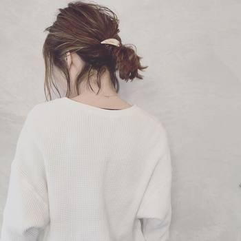 短めのボブさんでも、低めのローポニーならできますよ。きちんとまとめすぎず、後れ毛を出すと今っぽい雰囲気に。