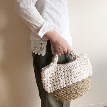 ズパゲッティ×麻紐の異素材ミックスバッグ。ころんとしたどんぐりの帽子のようなフォルムが可愛らしいですね。