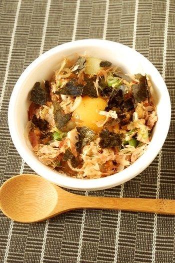 ツナと納豆、ネギ、かつお節、焼き海苔などを加えた、バランス良い「卵かけご飯」。 朝のエネルギーチャージには、もってこいのアレンジ。ツナと納豆がいい仕事をしています。