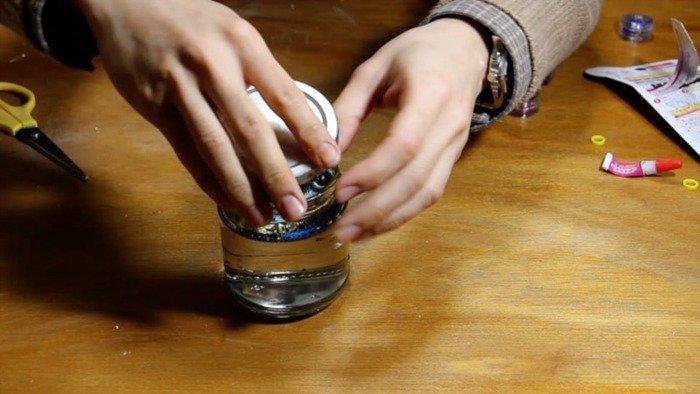 瓶の中に水とスノーパウダーなどの装飾をいれて、オーナメント付の蓋を閉めれば完成です。 とっても簡単!