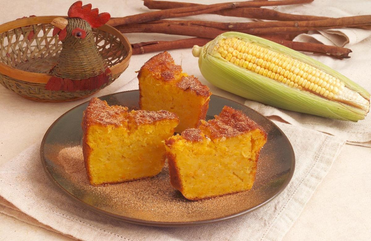 bolo de milho cremoso com acucar e canela 24125 - Bolo de milho de lata leva poucos ingredientes e fica deliciosamente macio