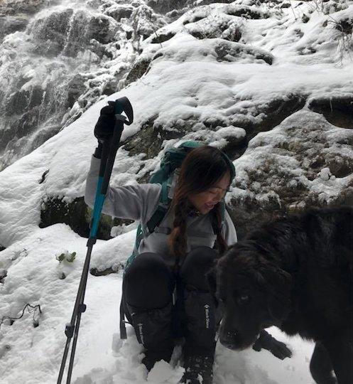 chien-accompagne-couple-sur-randonnée-2