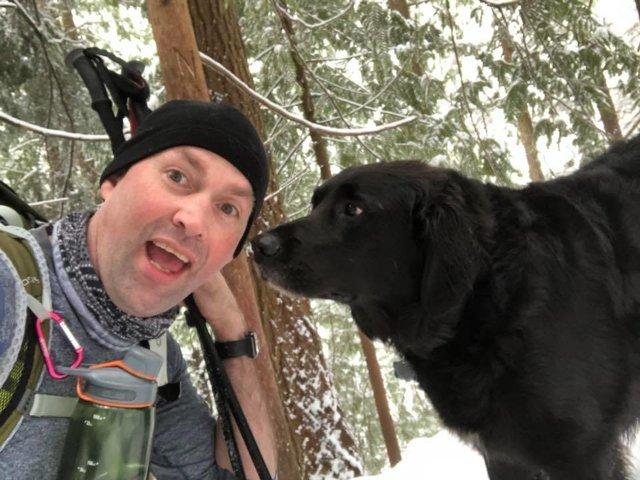 dog-accompanies-couple-on-hike-4