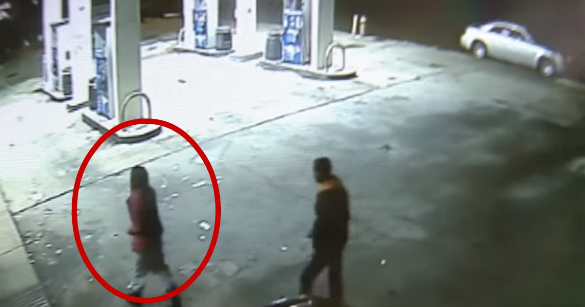 facing kidnapper.jpg?resize=412,232 - Brave Gas Station Clerk Stands Up To Armed Kidnapper And Tells The Victim 'Stand Behind Me'