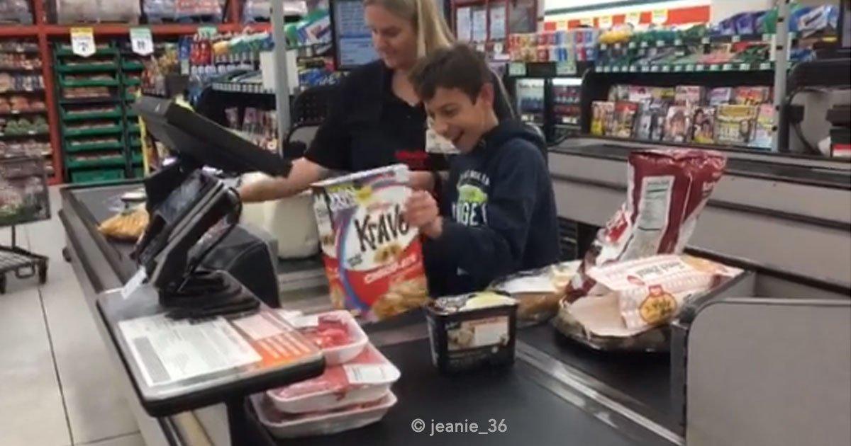 jeanie 36 - Un chico con parálisis cerebral tuvo un día inolvidable al momento que una cajera de una tienda requirió de su ayuda