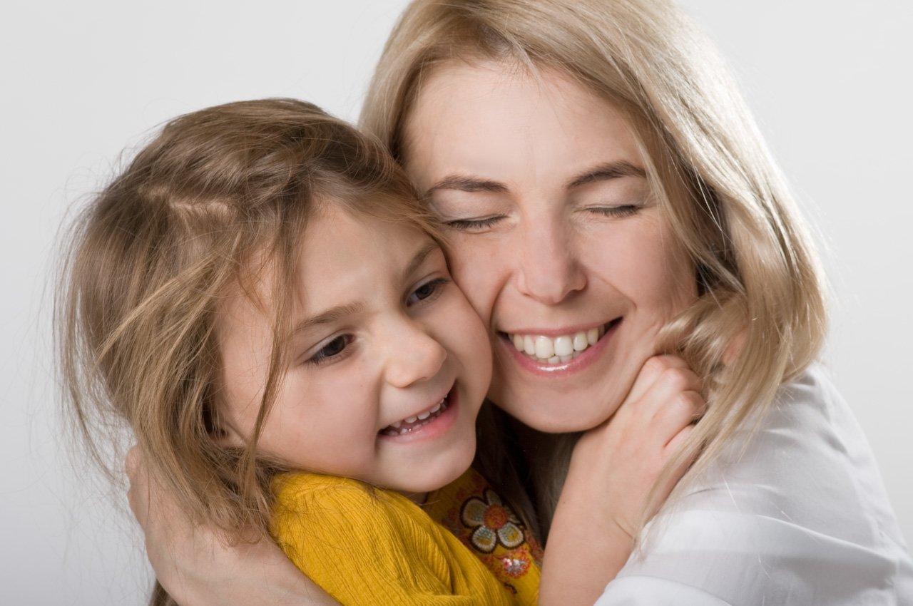 mom with child.jpg?resize=1200,630 - Educando com amor: 25 frases positivas para incentivar as crianças