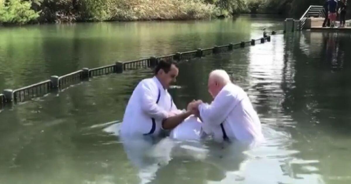 s 12.jpg?resize=412,232 - L'animateur et acteur Mario Lopez proclame la foi, et partage la vidéo de son baptême dans le Jourdain