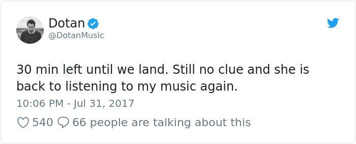 Le chanteur est assis à côté d'une fille dans l'avion 16