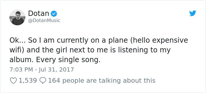 Le chanteur est assis à côté d'une fille dans l'avion-2
