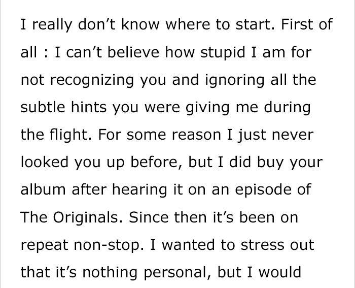 Le chanteur est assis à côté d'une fille dans l'avion 22