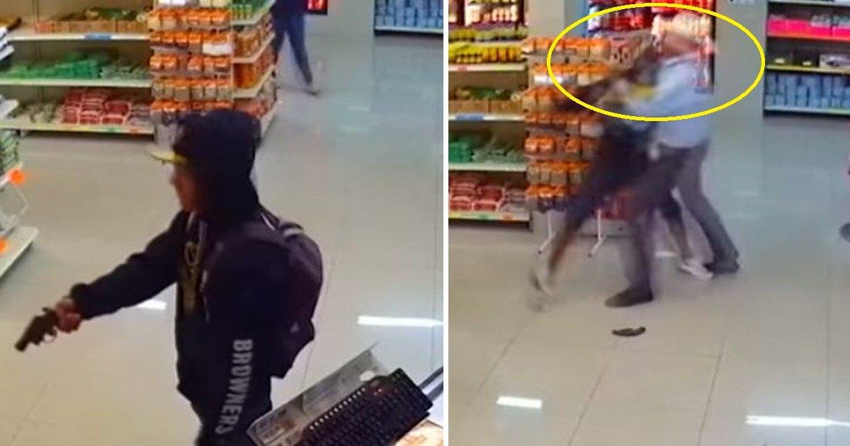 theif.jpg?resize=412,232 - Un homme sort une arme à feu en plein jour dans un magasin au Mexique. Un cowboy l'attrape et lui retire l'arme des mains.