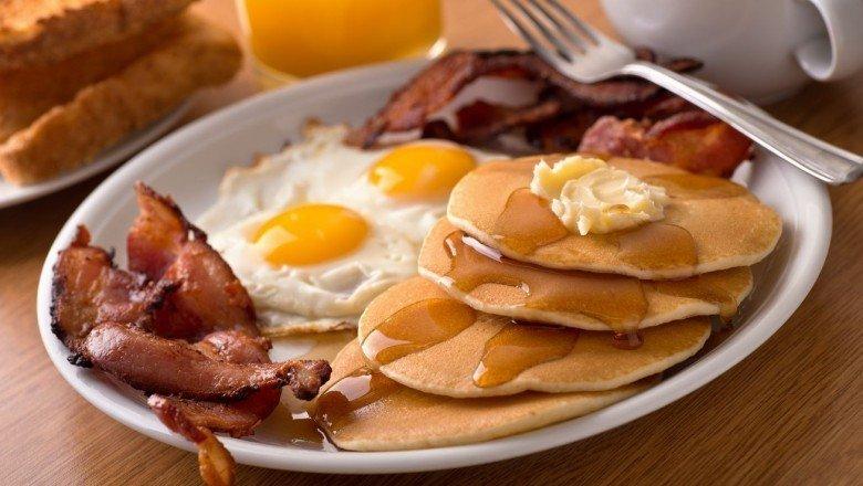 serveuse-refuse-de-servir-petit-déjeuner-sans-oeufs-1
