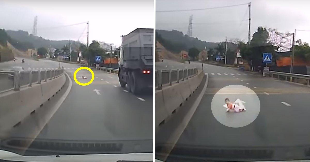 7ec8db8eb84ac ec9db8ec8aa4ed8ab8eba6bc.jpg?resize=648,365 - Le conducteur freine pour éviter un bébé qui rampe sur l'autoroute