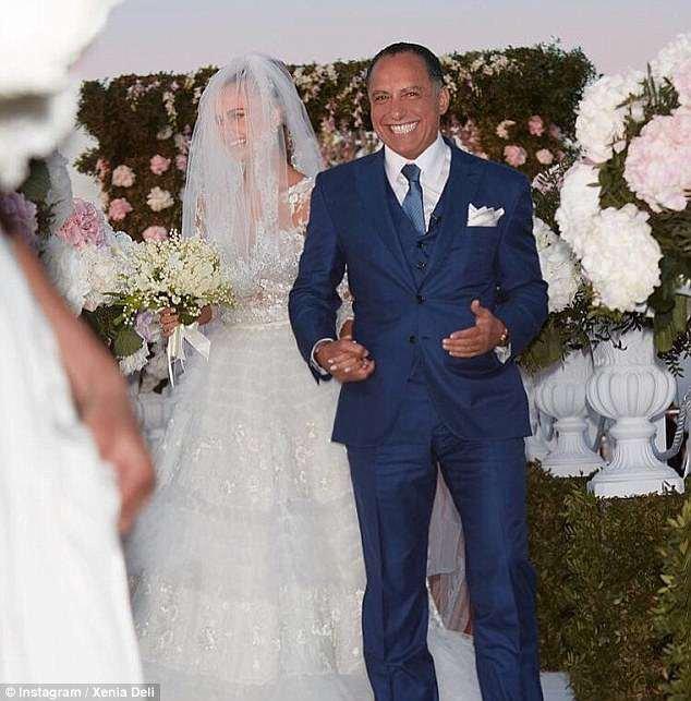 Deli se casou com Ossama Fathi Rabah Al-Sharif, de 65 anos, na popular ilha grega de férias Santorini, em junho de 2016, em uma cerimônia no topo de um penhasco, custando £ 860.000