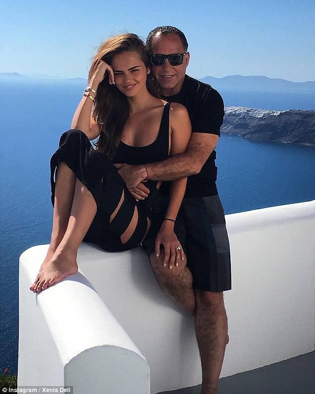 Os recém-casados aproveitaram alguns dias ao sol em Santorini (na foto), antes de irem para a Suíça, onde seus pais - mais próximos de Xenia