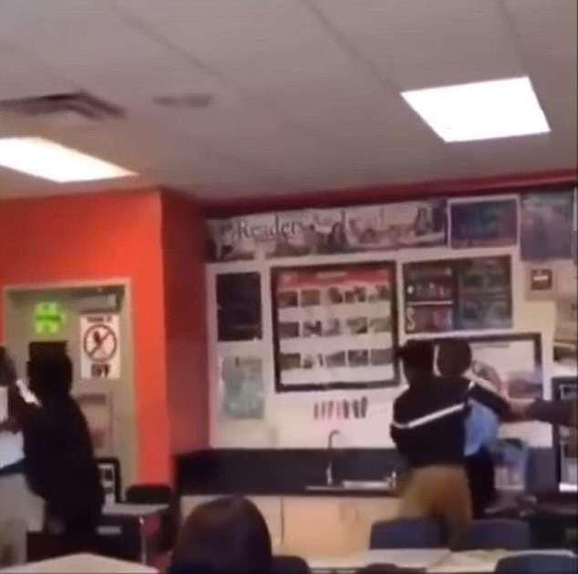 Les élèves ont ensuite épinglé l'enseignant et l'élève de différents côtés de la salle de classe